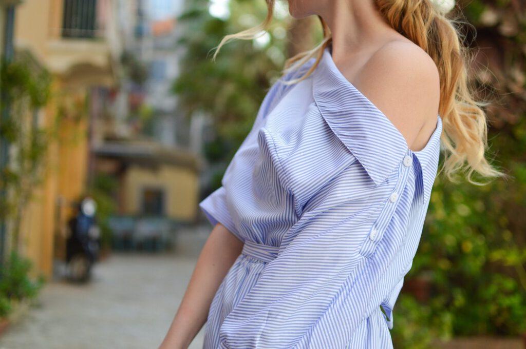 Afbeelding van een vrouw in gestreepte jurk. Net zoals een bril kan versterken wie je bent. Wat wil jij uitstralen?