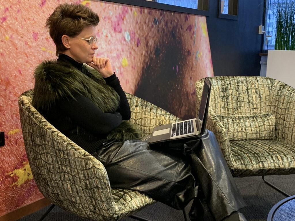 Vrouw met montuur met brillenglazen  voor in de verte met een leesondersteuning.
