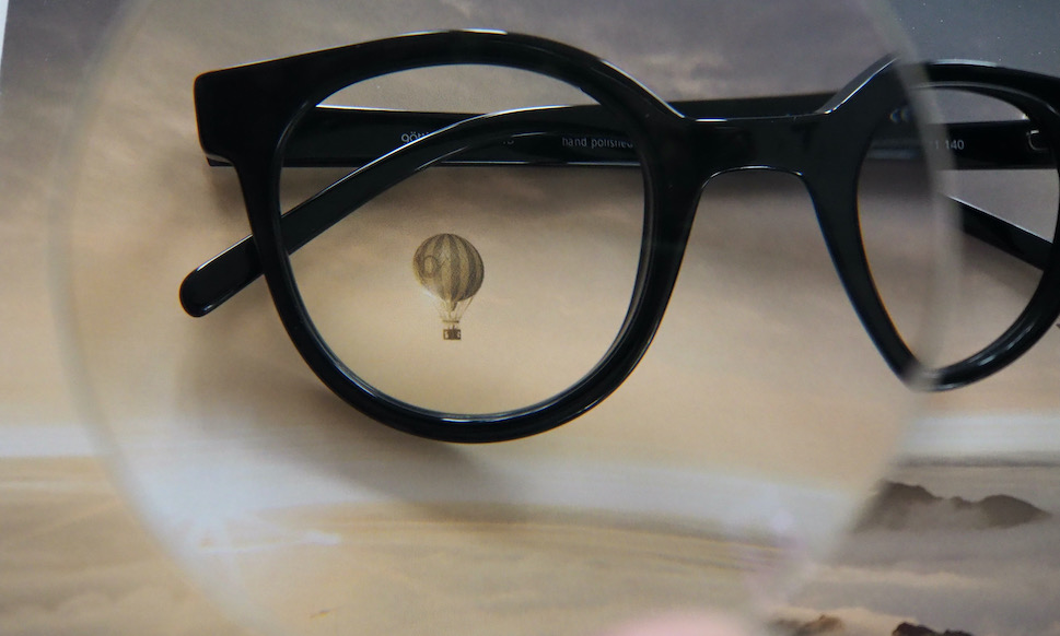 Bril door sterk brillenglas gezien. Wanneer zijn ogen slecht en kan je piloot worden na een oogongeluk?