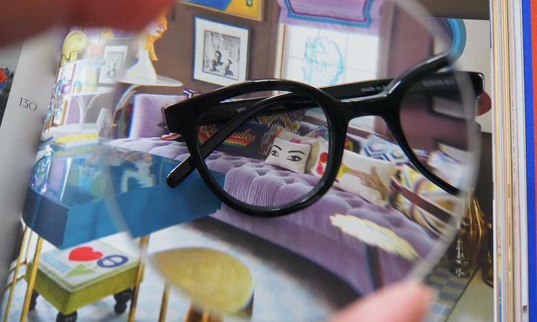 Bril door sterk brillenglas gezien. Slechte ogen hangt niet samen met een hoge sterkte.